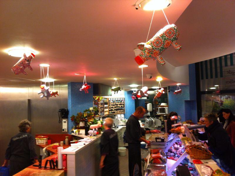 De Biologische Slagerij in Hilversum hangt vol spaarvarkens