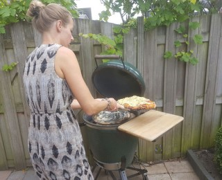 Pizza in de barbecue